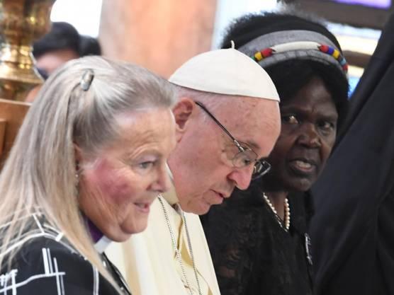 Zeichen der Einheit: Papst Franziskus im gemeinsamen Gebt mit Vertretern des Weltkirchenrats in Genf.