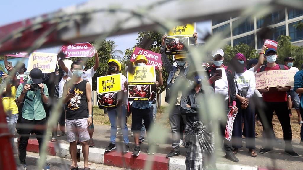 Demonstranten versammeln sich vor dem Gebäude der Zentralbank in Yangon: In Myanmar haben erneut zahllose Menschen gegen den jüngsten Militärputsch demonstriert. Foto: Uncredited/AP/dpa