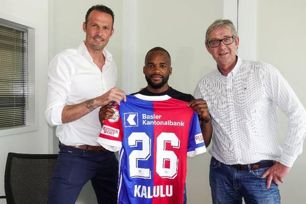 Aldo Kalulu flankiert von Sportchef Marco Streller und CEO Roland Heri bei der Präsentation. Rund 2,5 Millionen Franken kostete der Offensivspieler mit der Nummer 26.