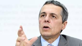 Die Schweiz hat bei der UNO einen Migrationspakt mitverhandelt. Aussenminister Ignazio Cassis stellt diesen nun infrage.