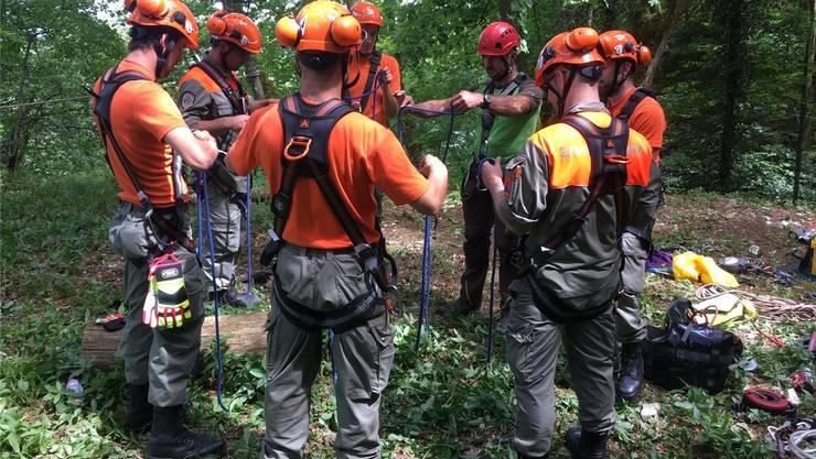 Ein Profibergführer leitet die Seil- und Materialinstruktion. zvg