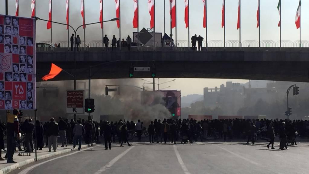 Wie hier in Isfahan haben Menschen im Iran tagelang und landesweit gegen eine Erhöhung der Benzinpreise und eine Rationierung von Treibstoff protestiert. Die Revolutionsgarden, eine loyale Elitetruppe, hatten die Unruhen am Donnerstag für beendet erklärt. (Bild vom 16. November)