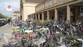 Beim Veloparking am Badischen Bahnhof ist es heute oft schwierig, einen Platz zu finden. (Archiv)