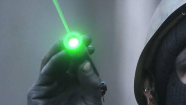 Treffen Laserstrahlen auf das Auge, können Netzhautverletzungen resultieren, die das Sehvermögen beeinträchtigen oder gar zur Erblindung führen. Deshalb ist es für die Ständeratskommission klar, dass starke Laserpointer verboten werden müssen. (Symbolbild)