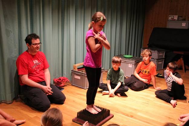 Mutig wagt sich die 9-jährige Valerie aufs Nagelbrett