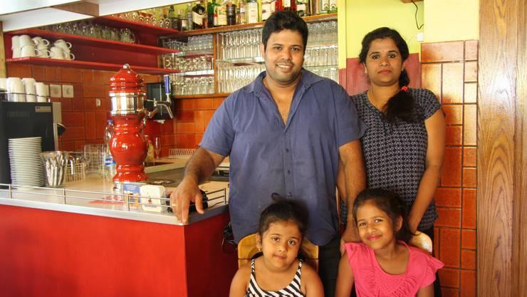Jasitharan und Parmiga Rajaratnam  mit den Kindern Akshara und Akchana.
