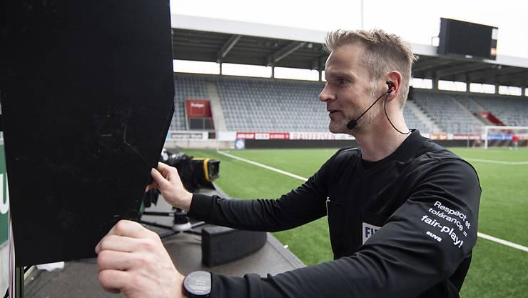 Willkommenes Backup: Schiedsrichter Alain Bieri schaut sich eine Szene im Video an