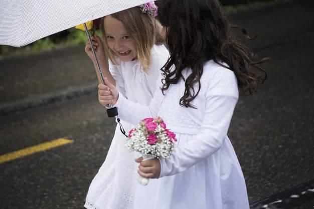 Zu zweit macht das Regenschirmtragen mehr Spass