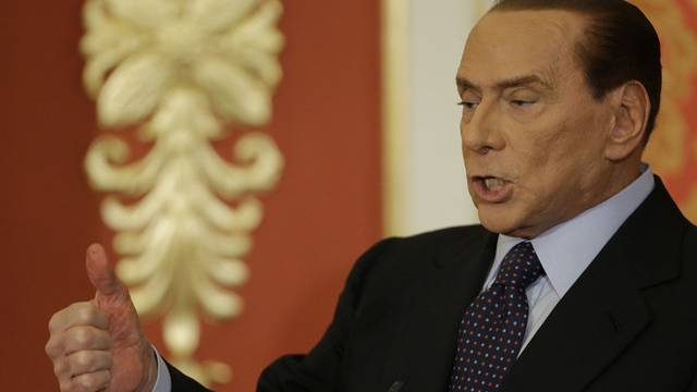Gibt sich kämpferisch: Silvio Berlusconi an der Medienkonferenz