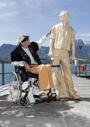Einer der letzten öffentlichen Auftritte: Polo Hofer posiert während der Enthüllungszeremonie seines Denkmals am 16. Mai 2017 im Hafen in Oberhofen am Thunersee.