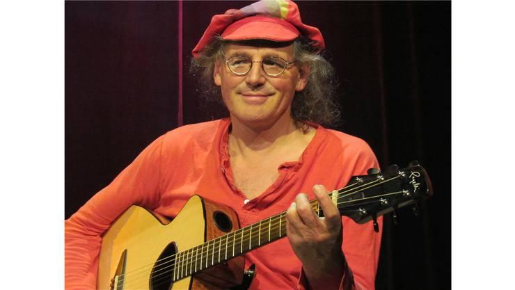 Linard Bardil erzählt mit seinem Liedern von den speziellen Situationen im Leben. Ursula Burgherr