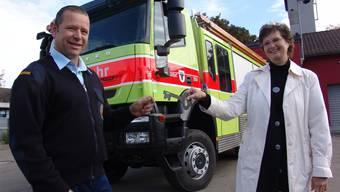 Schlüsselübergabe: Feuerwehrkommandant Urs Stierli und Sicherheitsvorsteherin Sandra Rottensteiner vor dem neuen Fahrzeug.
