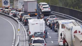 Durch die Sperrung der Autobahn staute sich der Verkehr kilometerweit. (Symbolbild)