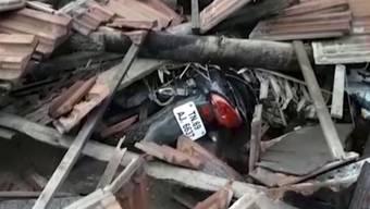 Bei einem Wirbelsturm in Indien sind 33 Menschen ums Leben gekommen.