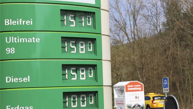 Preislich ist Erdgas als Treibstoff deutlich billiger als Benzin, wie auf der Preistafel beim TCS in Füllinsdorf gestern zu sehen war.Lucas Huber