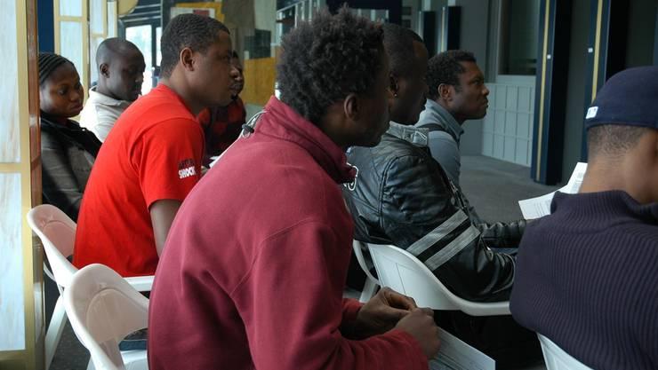 Ausländer füllen ihr Sozialhilfegesuch aus: 38 Fälle von ausländischen Sozialhilfebezügern hatte die Gemeinde Aarburg dem Kanton zur Prüfung gemeldet.