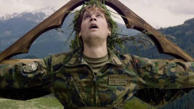 Matthias Britschi spielt in «Achtung, fertig, WK!» einen Dienstverweigerer, der die Tochter eines Obersts schwängert.