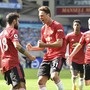 Bruno Fernandes (links) schoss Manchester United mit einem späten Penaltytor zum ersten Saisonsieg