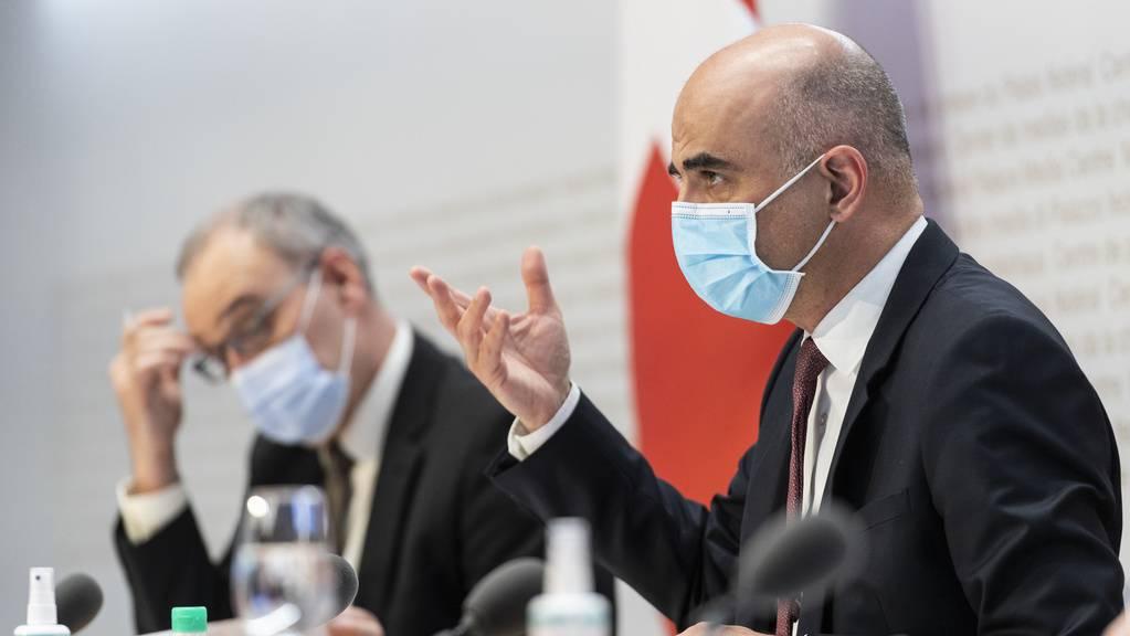 Bundespräsident Parmelin und Gesundheitsminister Berset stellen das Covid-19-Gesetz vor.