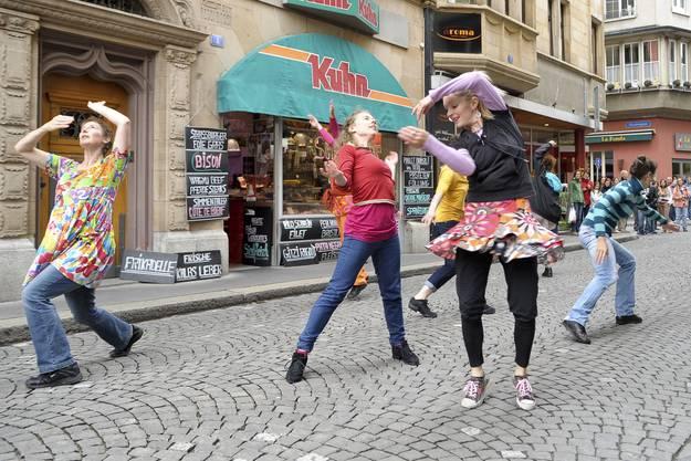 Die Menschen tanzten ausgelassen auf den Strassen.