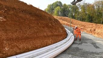"""7. Dezember 2018: Im Gebiet Bözberg/Riniken sind die Bauarbeiten für die Erdverkabelung am """"Gäbihübel"""" in vollem Gang."""