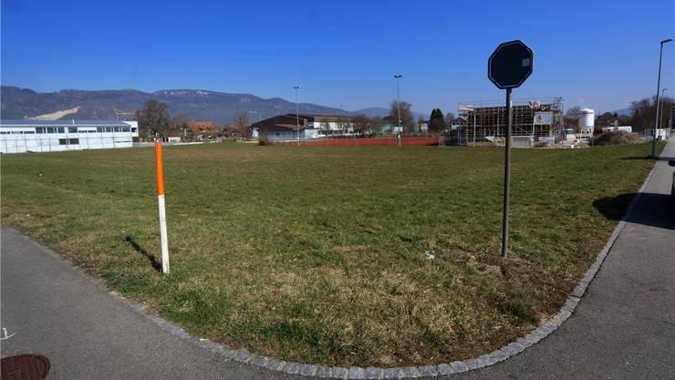 Auf diesem Areal im Vordergrund soll die neue Bushaltestelle mit Wendekreis und direktem Fussweg zur Kreisschule entstehen. hr. Aeschbacher