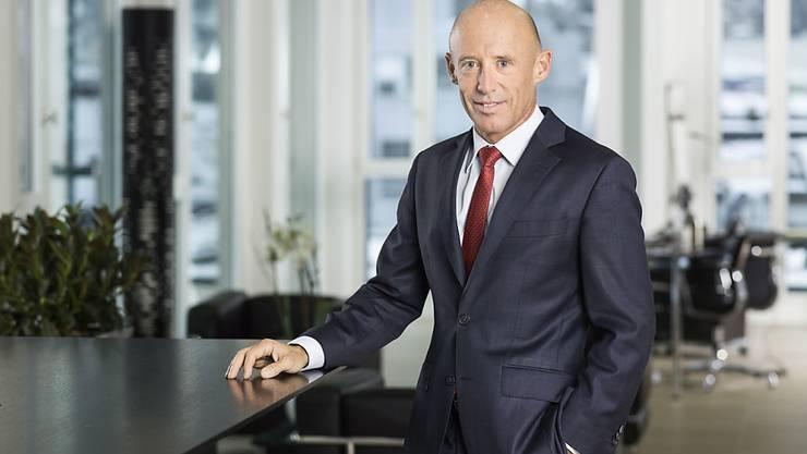 Raiffeisen-Chef Patrik Gisel will die Zahl der Geschäftsstellen reduzieren. (Archivbild)