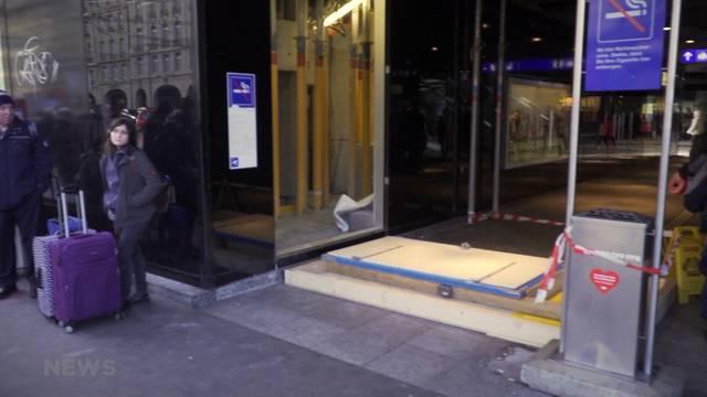 Massive Türe fällt am Bahnhof Bern auf einen Mann