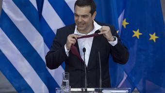 """Lockert den Krawattenknopf und kann wieder befreit atmen: Der griechische Präsident Alexis Tsipras sprach am Fernsehen von einem """"Tag der Erlösung"""", nachdem Griechenland den ESM-Rettungsschirm nach acht Jahren verlassen konnte. (Archivbild)"""
