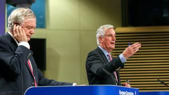Brexit-Minister David Davis (links) und EU-Verhandlungsführer Michel Barnier haben sich am Montag in Brüssel über den Fahrplan der Brexit-Verhandlungen geeinigt.