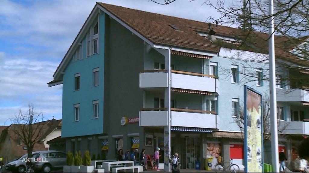 Muss diese blaue Hausfassade umgestrichen werden?