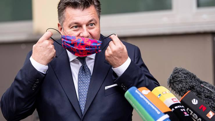 Andreas Geisel (SPD), Senator für Inneres und Sport in Berlin, nimmt den Mundschutz für seine Pressekonferenz zur Demonstration und Kundgebung gegen die staatlichen Corona-Auflagen in der Hauptstadt ab. Foto: Fabian Sommer/dpa