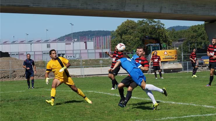 Auch dieser Vorstoss von Oetwils Verteidiger Sandro Lutz (blaues Dress) stellte für die massierte Kosova-Abwehr um Goalie Faycal Ladjimi kein Problem dar. rubu.