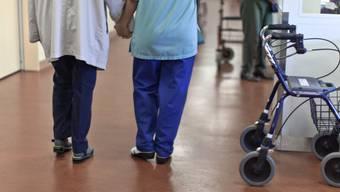 Demenzkranke brauchen viel Betreuung und Zuwendung (Symbolbild)