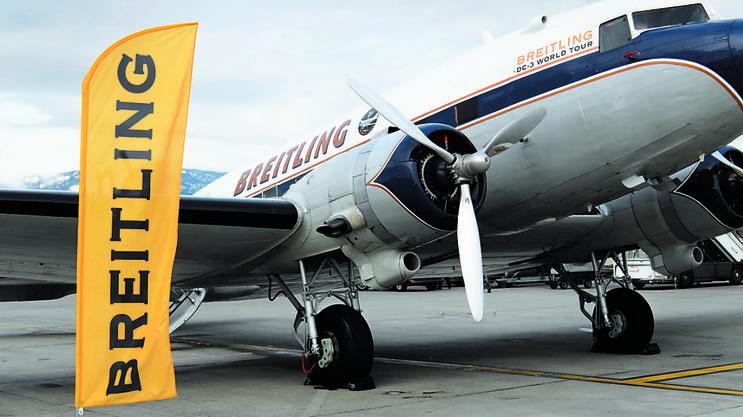 Die DC 3, ein Flugzeug-Oldtimer in den Farben von Breitling, welche im Frühjahr zu einem Weltumrundungsflug gestartet ist, ist laut Angaben von Breitling-Sprecherin Monika Pieren gut unterwegs. Die Maschine habe kürzlich den Pazifik in einem Nonstop-Flug von Nordjapan nach Anchorage in Alaska überflogen und befinde sich jetzt in Seattle, wo bis am 7. Juli Servicearbeiten durchgeführt werden. Für die Überquerung des Pazifiks wurde die DC 3 mit Zusatztanks im Fahrgastraum ausgestattet. In den nächsten Wochen geht die Maschine auf eine USA-Tournee, bevor sie im Herbst nach Europa zurückkehrt, wo sie anlässlich des Flugmeetings in Sion vom 14. September ihre am 9. März gestartete Weltumrundung beendet. (at)
