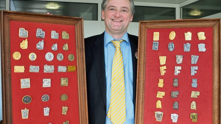 Christian Wüthrich mit seiner Sammlung Oltner Fasnachtsplaketten.