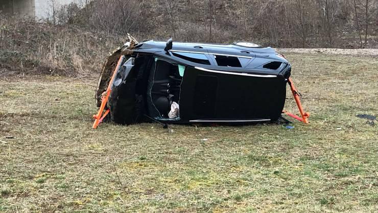 Der Autofahrer fuhr vor der Ausfahrt Pratteln in einer Linkskurve geradeaus, durchbrach einen Wildschutzzaun und flog mehrere Meter durch die Luft.