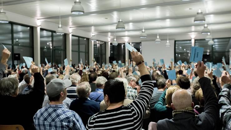400 Stühle wurden platziert. 577 Stimmberechtigte und viel Gäste kamen – vor allem wegen dem «Widi»-Geschäft.Tina Dauwalder