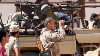 Regierungstreue Kämpfer in der libyschen Stadt Sirte, wo sich die IS-Miliz mit letzten Kräften wehrt.