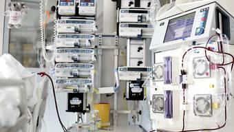 Geräte einer Spital-Intensivstation, die beim Überleben von Patientinnen und Patienten helfen. (Symbolbild)