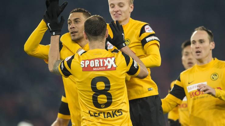 Wird von seinen YB-Teamkollegen für das Tor gegen den FCZ gefeiert: Guillaume Hoarau (links)