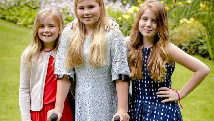 Seit heute darf Prinzessin Alexia der Niederlande (r) wie ihre Schwester Amalia (M) ins Gymnasium. (Archivbild)