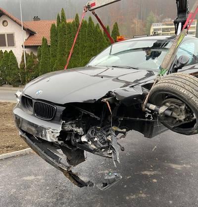 Der BMW ist beim Unfall übel zugerichtet worden.