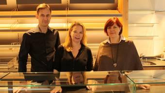 Ab Morgen für die Kundschaft da: André Bode, Franziska Bode und Filialleiterin Monika Bichsel.