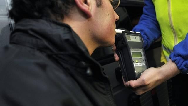 Polizei kontrolliert Autolenker (Symbolbild)