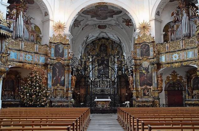 Die Klosterkirche in Muri ist innen filigran mit Gold verziert.
