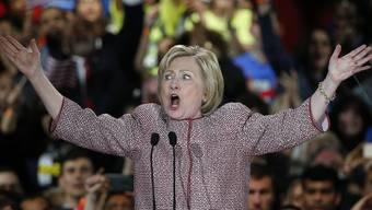 Hillary Clinton spricht nach dem Sieg in New York zu ihren Anhängern.
