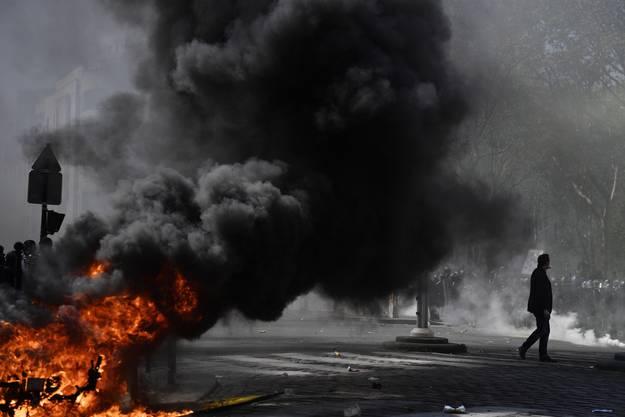 Es kam erneut zu Spannungen zwischen Sicherheitskräften und Demonstranten, mehrere Fahrzeuge gingen in Flammen auf.