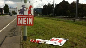 Die Plakate der Fusions-Befürworter wurden heruntergerissen und liegen auf dem Boden.