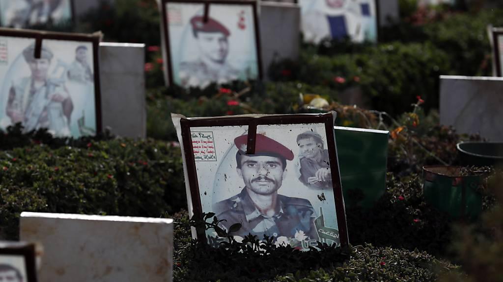 Porträts von getöteten Soldaten auf einem Friedhof in der jemenitischen Hauptstadt Sanaa. (Archivbild)